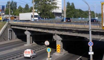 В Киеве часть конструкции Берестейского путепровода рухнула прямо на