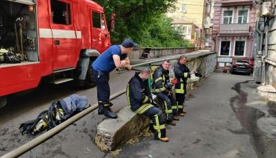 Масштабный пожар в центре Киева: на спасателей из горящего окна выбросился мужчина, в квартире нашли труп женщины