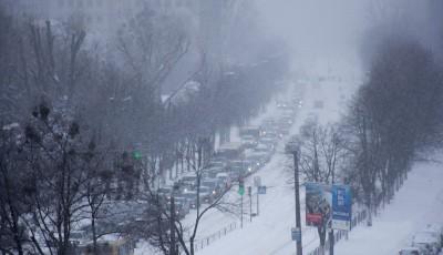 Київ через сильну заметіль з самого ранку паралізували затори.