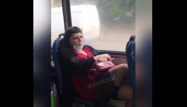 Одесситка курила в троллейбусе и обматерила патрульных: из салона ее вытащили силой