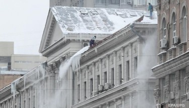 В Киеве женщина пострадала при обрушении снега и льда с крыши