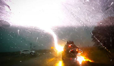 Блискавка влучила в машину з дітьми під час руху (відео)