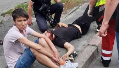 В Киеве пешеход бросилась под колеса электровелосипеда: водитель разбил голову