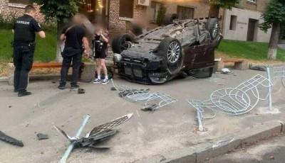 Алкоголя в 7 раз больше нормы: в Киеве пьяный парень на Mercedes устроил ДТП