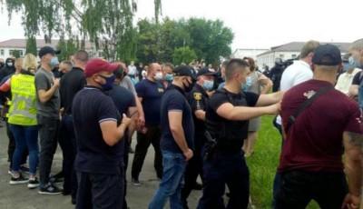На зустрічі зі «слугою народу» побилися правоохоронці та «Нацкорпус», глава поліції постраждав від вибуху