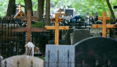На столичном кладбище крестом убили мужчину