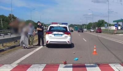 В Полтавской области автомобиль сбил женщину и ребенка на переходе: девочка умерла