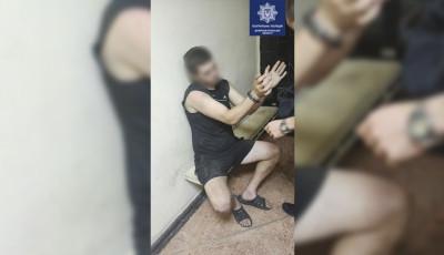 В Днепре мужчина бросался на прохожих с тремя ножами и укусил полицейского