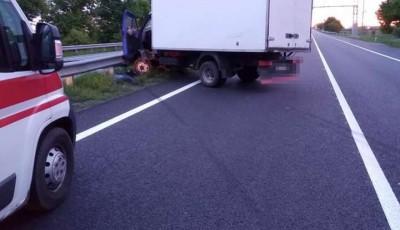 На трасі Київ – Одеса водій вантажівки заснув за кермом і влетів у відбійник