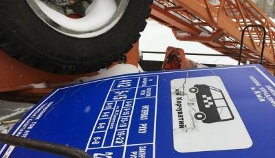 У Києві зносять таблички нелегальних маршрутів.