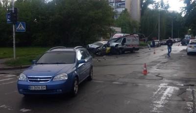 Такси на скорости снесло столб: в Киеве случилось жуткое тройное ДТП, фото