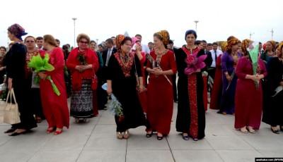 У Туркменистані чиновницям заборонили фарбувати волосся, нарощувати вії та робити манікюр
