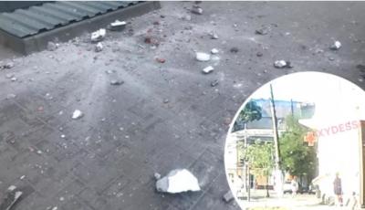 В Одессе часть фасада здания рухнула рядом с прохожими