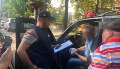 Обещал устроить на работу за 3 тысяч долларов: в Киеве задержали сотрудника СБУ