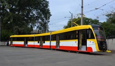 В Одесі комунальники проводили дезінфекцію трамваю повному пасажирів