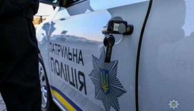 """Водій """"BMW"""" на Львівщині травмував двох поліцейських: протаранив авто і втік"""